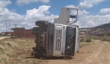 Un camión basurero vuelca en el camino a Lechuguillas