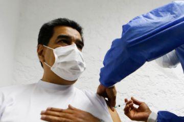 """""""Estoy vacunado"""": Maduro recibe primera dosis de la Sputnik V"""
