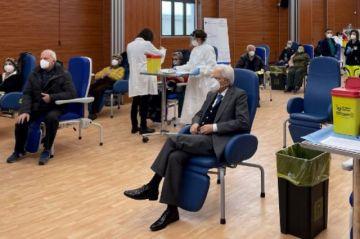 El presidente de Italia espera su turno y se vacuna contra el covid-19