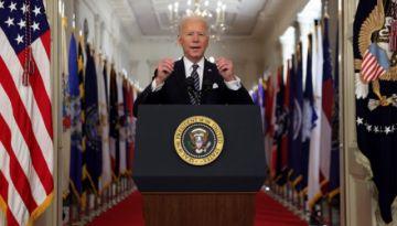 """Lucha contra el covid-19 """"está lejos de haber terminado"""", dice Biden a un año de la pandemia"""