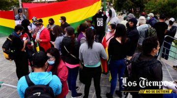 Yassir Molina aguarda audiencia mientras un grupo de personas instaló una vigilia