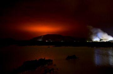 Una erupción volcánica ilumina el cielo cerca de la capital de Islandia