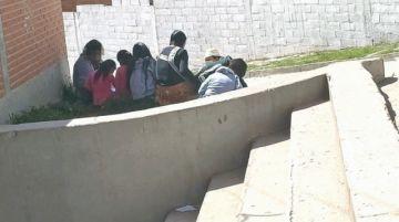 """La maestra """"semipresencial"""" que dicta clases al aire libre para nivelar el aprendizaje de sus alumnos"""