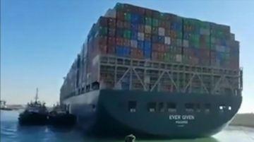 Reorientaron buque que bloquea el canal de Suez, pero falta lo más difícil