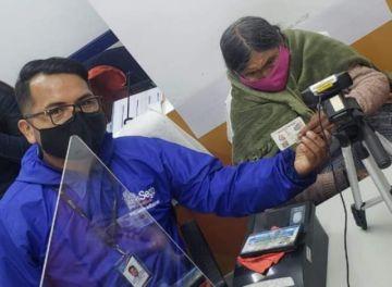 Una mujer de 105 años obtiene por primera vez su cédula de identidad