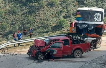 Bus y camioneta chocan en la carretera Santa Cruz-Sucre
