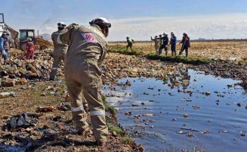 YPFB aporta con 500 kits de bioseguridad para la limpieza del lago Uru Uru