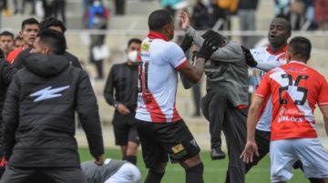 Escándalo en El Alto: Pelea al final de un partido deja dos heridos