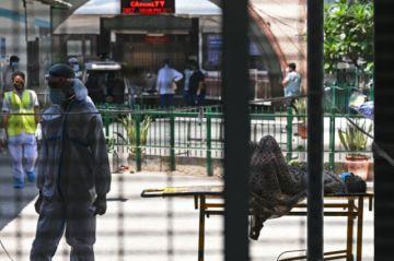 India bate récord de muertos por covid-19 con hospitales y crematorios saturados