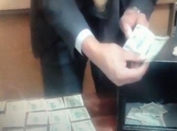 Abren caja fuerte de Juan Pari y hallan dinero, chequera del Banco Unión, CD y memorias USB