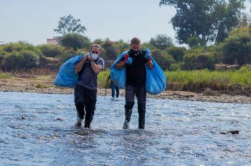 Cientos de tarijeños acuden al llamado de Alexis Dessard y limpian el río Guadalquivir