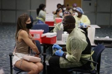 EEUU autoriza vacuna para adolescentes mientras India sigue luchando