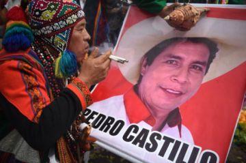 Izquierdista Castillo lidera sondeo presidencial en Perú a una semana de balotaje