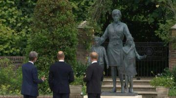 Los príncipes Guillermo y Enrique se reúnen para inaugurar estatua de su madre Diana