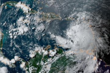 El huracán Elsa pierde fuerza, pero sigue amenazando al Caribe