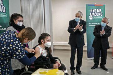 Chile con más de 70% de inmunizados alivia cuarentenas sin levantar restricción de fronteras