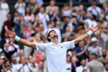 Djokovic no perdona en Wimbledon y se sienta en la mesa con Federer y Nadal