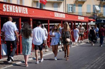 Francia exigirá certificado para restaurantes e impondrá vacuna a personal de salud