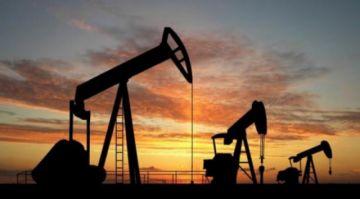 Petróleo baja tras caída de reservas y demanda de gasolina en EEUU