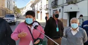 Sucre: Adultos mayores bloquean calles en demanda de segundas dosis de Sputnik V