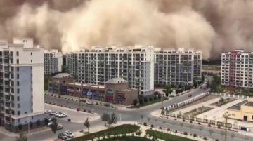 """Una tormenta de arena """"devora"""" una ciudad china al borde del desierto de Gobi"""
