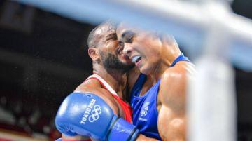 Descalifican a boxeador olímpico por intentar morderle una oreja al rival