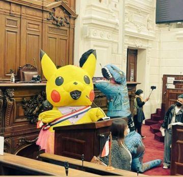 Constituyentes llegan disfrazados a una sesión de la Convención chilena