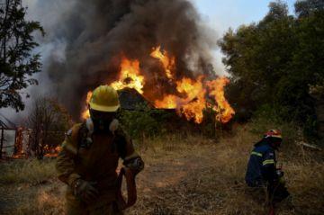 El fuego devora casas en la península griega del Peloponeso