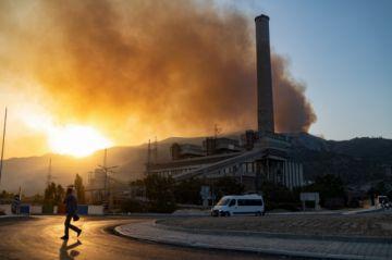 El fuego amenaza una central térmica en Turquía y asola en Grecia