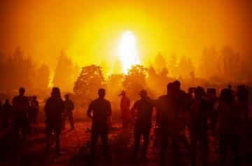 """""""Cuerpo a cuerpo"""",  los bomberos luchan contra devastador incendio en Grecia"""