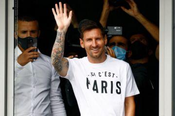 Messi aterriza en París y es aclamado por aficionados del PSG