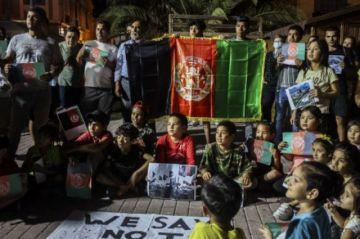 Afganos en Lesbos cantan su protesta contra toma de poder de talibanes