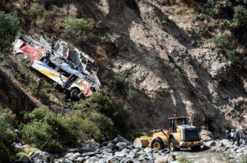 Sube a 32 la cifra de muertos tras accidente de autobús en Perú