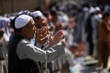 Talibanes intentan consolidar su gobierno mientras se reanudan evacuaciones desde Afganistán