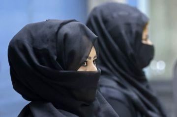 """Las """"últimas mujeres"""" superan el miedo y vuelven a trabajar en el aeropuerto de Kabul"""