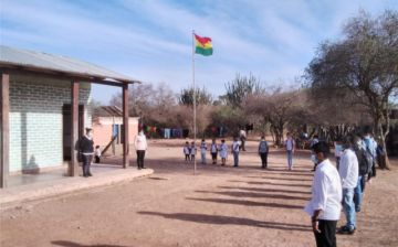 Los estudiantes de Cuatro Vientos reciben material escolar de la Gobernación