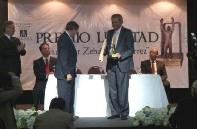 El Defensor del Pueblo se emociona al recibir el Premio Libertad