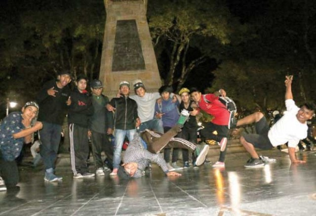 Camaradería y hip hop  en la plaza 25 de Mayo