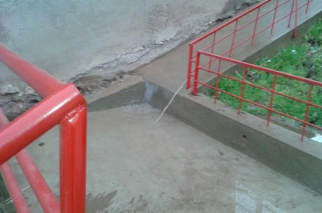 Vecinos del barrio Sagrado Corazón molestos por fuga de agua de estanque de Elapas