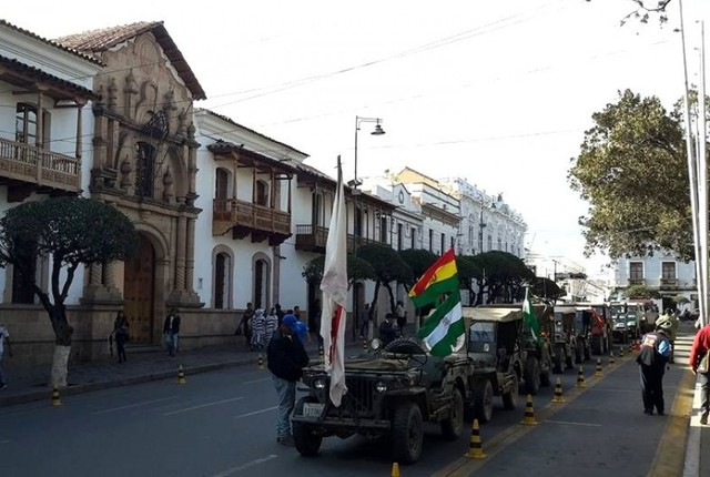 Caravana de vehículos antiguos llega a Sucre tras atravesar Chuquisaca