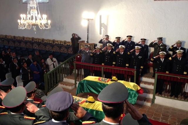 Sucre: Emocionante recibimiento de los restos de soldados momificados