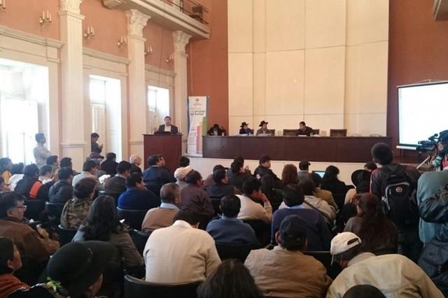 Ministro Arce dice que Bolivia resiste a la caída de precios internacionales desde 2011