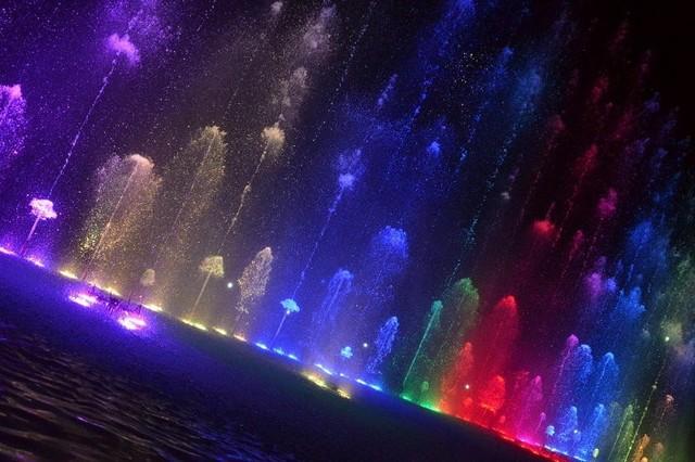Cochabamba estrena la fuente iluminada más grande de Bolivia