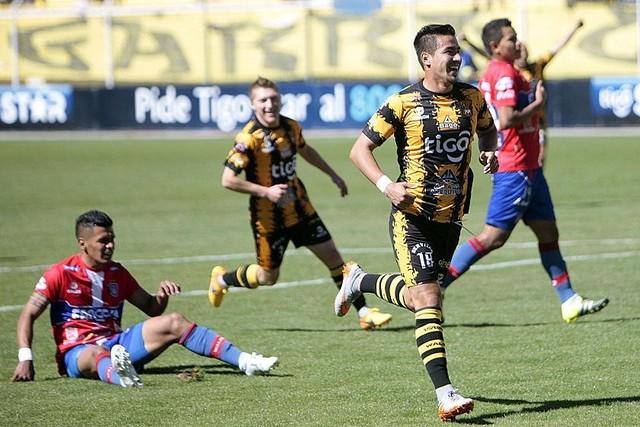 The Strongest golea a Universitario y lidera en solitario el torneo Apertura