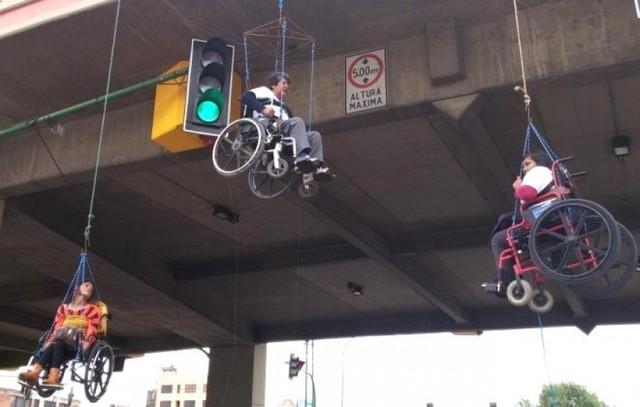 Personas con discapacidad radicalizan protesta colgándose del Viaducto en Cochabamba