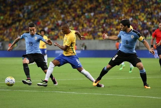 Uruguay remonta en el regreso de Suárez