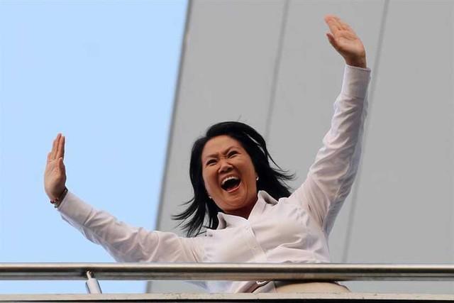 Keiko gana comicios pero esperará segunda vuelta