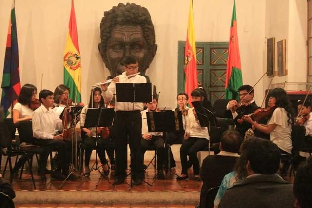 Estudiantes de violín y guitarra en concierto