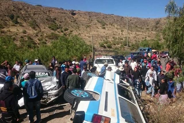 Choque frontal de autos deja 17 personas heridas