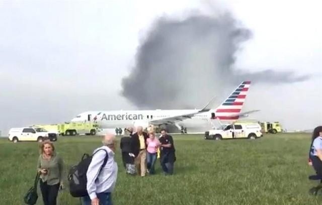 Un avión se incendia en el aeropuerto de Chicago por un neumático reventado